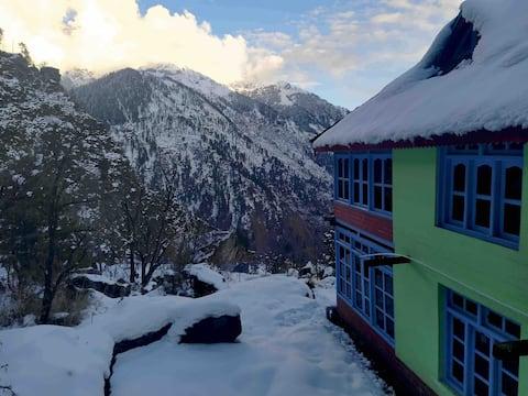Sun View Mountain Cabin in Gargi village (room)
