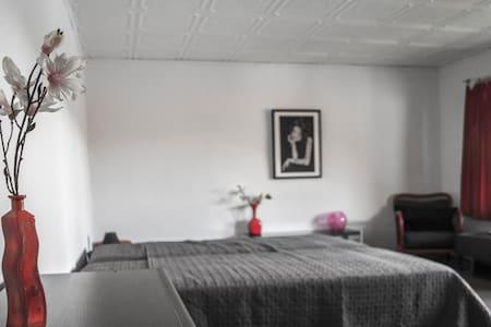Zimmer und Terasse mit Seeblick - Wittstock/Dosse - ที่พักพร้อมอาหารเช้า
