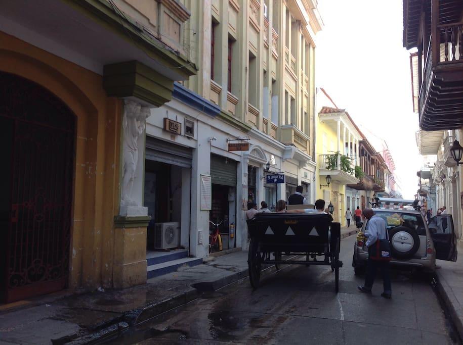 La animada calle, ruta de coches de caballos