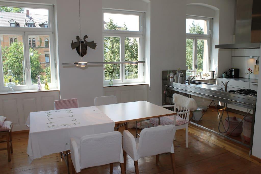 Helles Esszimmer mit angrenzender Küchenzeile