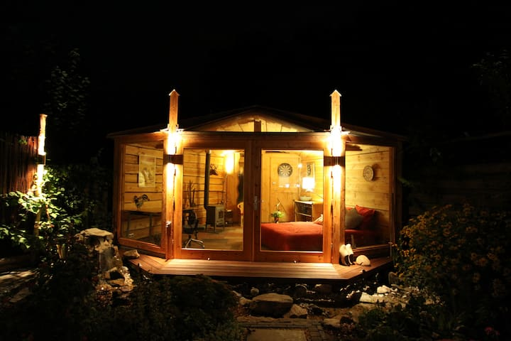 The gardenroom by night