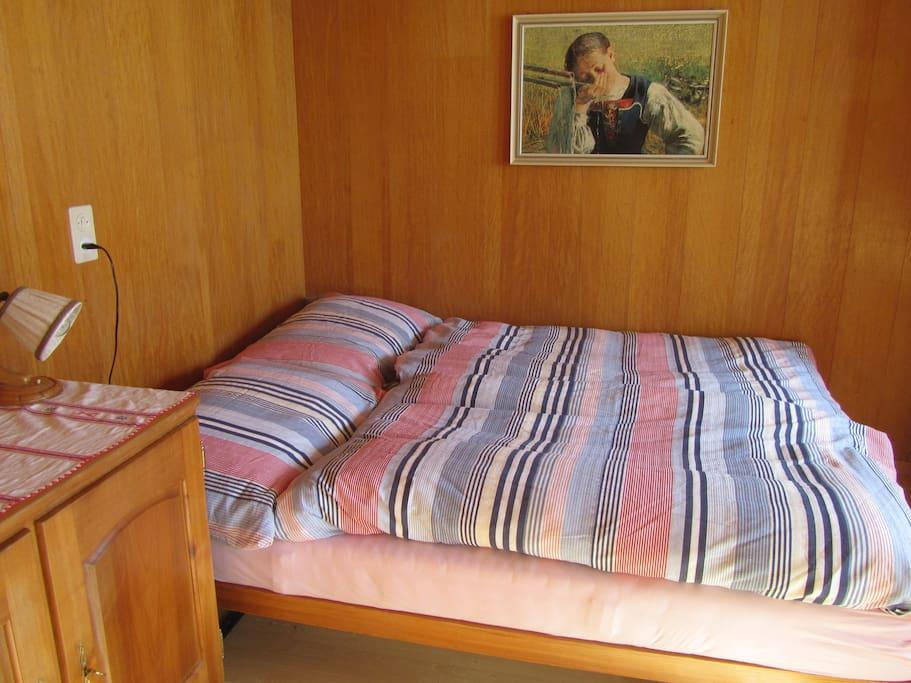 Doppelbett, Schrank, TV