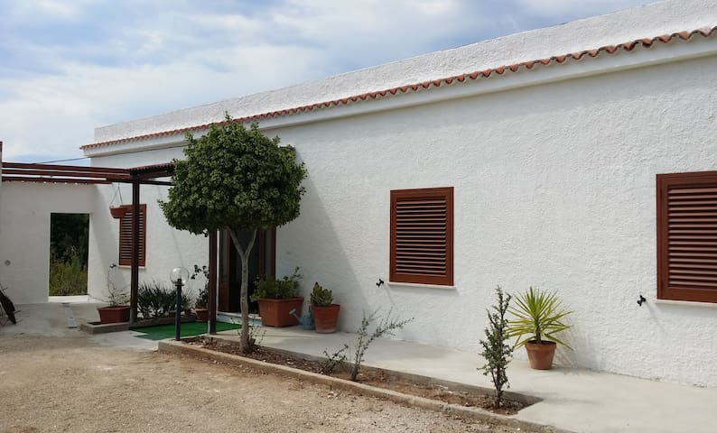 Detached villa 700mts from the beach - Maristella