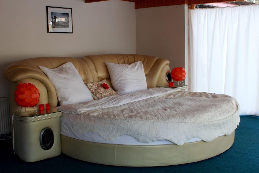 Honeymoon suite mit panoramablick reihenh user zur miete for Bett vor heizung