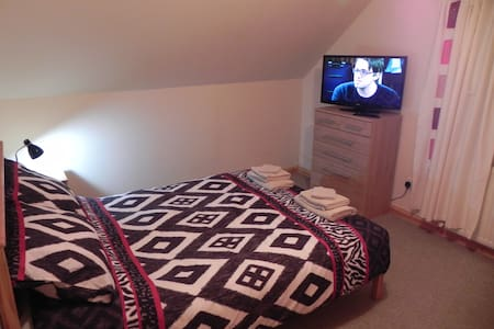 A double room upstairs on a working croft. - Benbecula - Casa