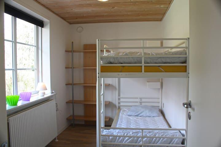 bedroom with bunk bed / soveværsel med kojeseng / Schlafzimmer mit Doppelstockbett