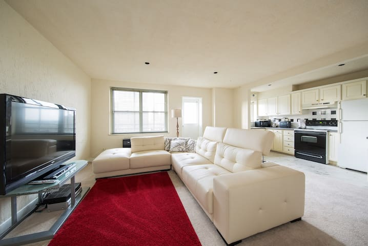 1 Bed Condo, Central Downtown!
