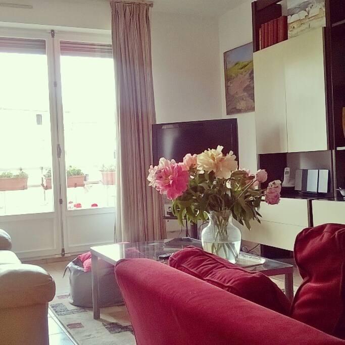 Le salon avec vue sur le centre de Clermont-Ferrand