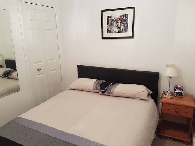 Lovely Double Bedroom in Quiet Location
