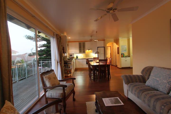 Upstairs apartment near beach - safe parking! - Bluff - Apartment