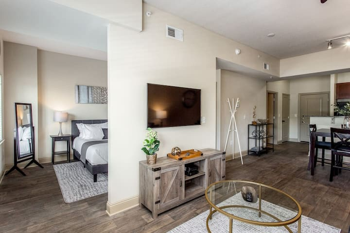 ❤️ SouthPark Studio Condo ★ King Bed ★ WiFi + Cable  (750 SqFt)