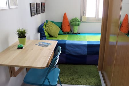 Nice single room in L'Hospitalet de Llobregat, near Barcelona. Comfortable bed, bedside table, wardrobe and everything you need for a pleasant stay. You can use our Wi-Fi, kitchen and bathroom. Only two railway stations away to Fira de Barcelona.