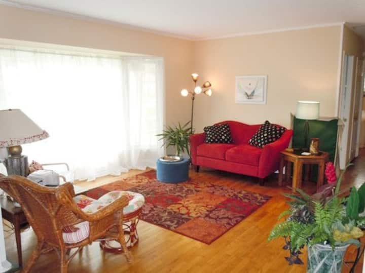 Frasier`s Cottage:  Relax on the deck overlooking the fenced in yard or walk into downtown Saugatuck
