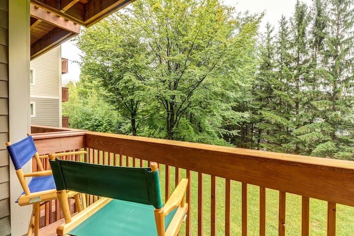 NEW LISTING! Ski-in/out condo w/fireplace-walk to lifts & Lincoln Peak Village