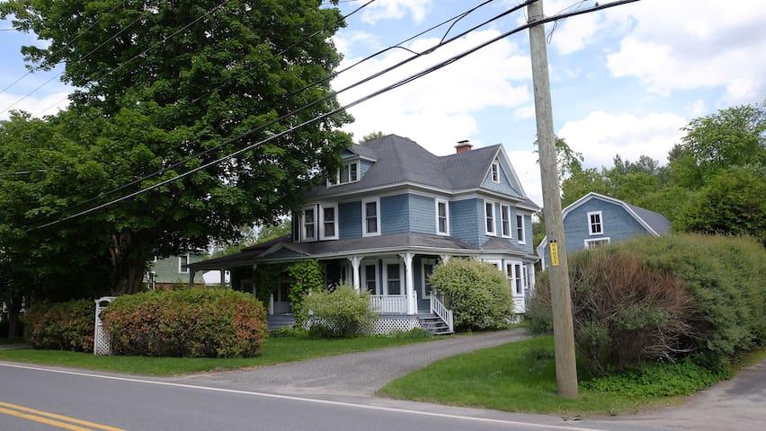 La maison bleue - Ayer's Cliff - Dům