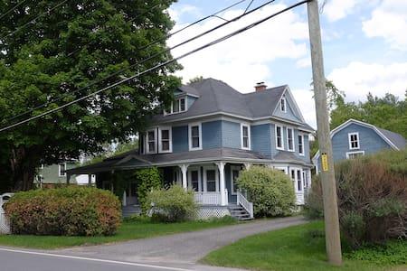 La maison bleue - Ayer's Cliff - Hus