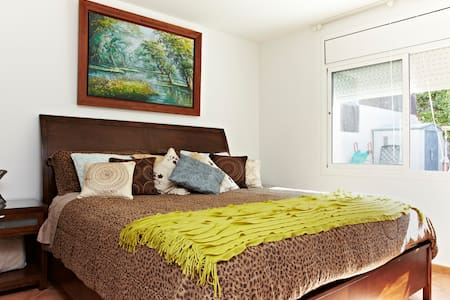EXTRA LARGE BED AND ROOM - Segur de Calafell - Casa