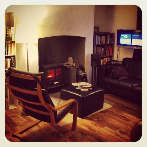 Bwthyn Dinas / Dinas cottage
