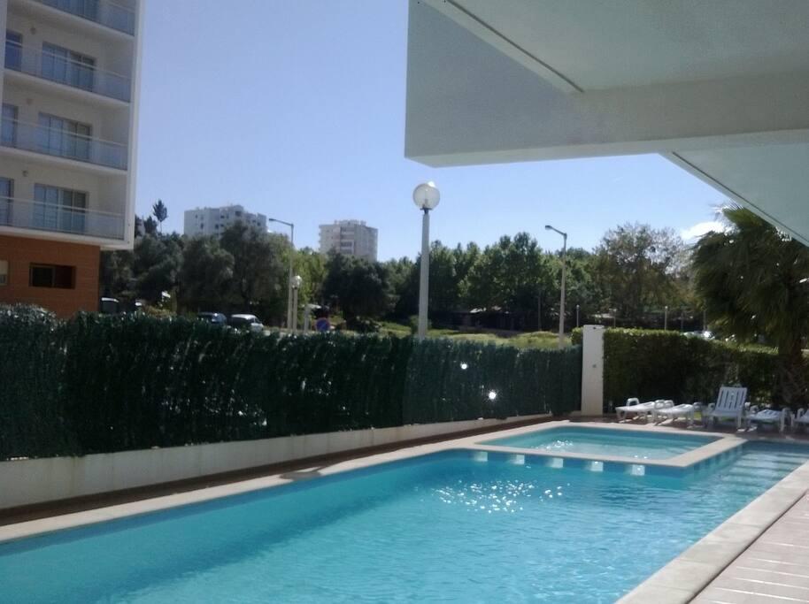 Espaço verde exterior com acesso a piscina