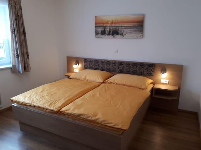 Zimmer 4 mit großem Ehebett