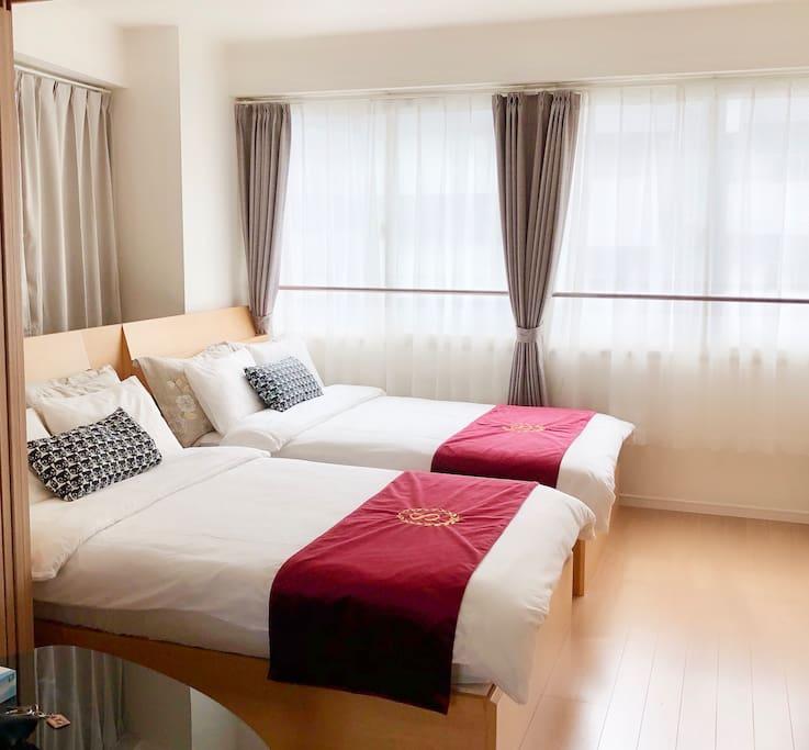 一楼的主卧室,两张酒店式样的semi-double bed,选择了软硬适度席梦思搭配,一定会给您意想不到的舒适。 First floor bedroom, two hotel-style Semi-Double Bed, choose a mix of hard and soft moderate Simmons, will give you an unexpected comfort.