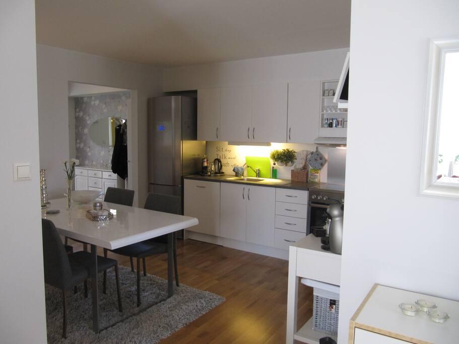 Koselig kjøkken med flere sitteplasser
