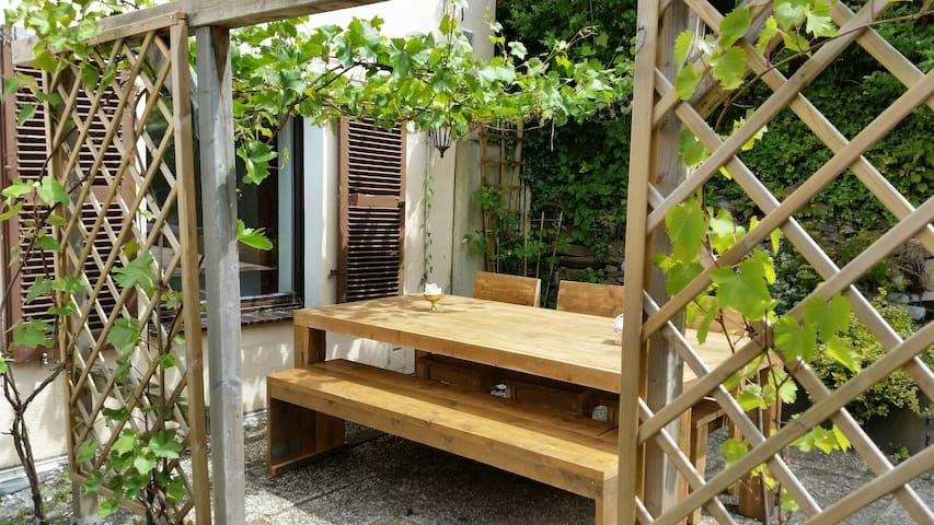 Ferienwohnung mit Garten - อาเคิน