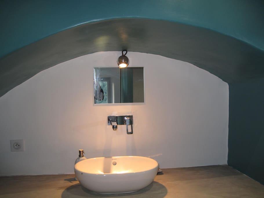 Salle de bains avec vasque, WC et douche à l'italienne