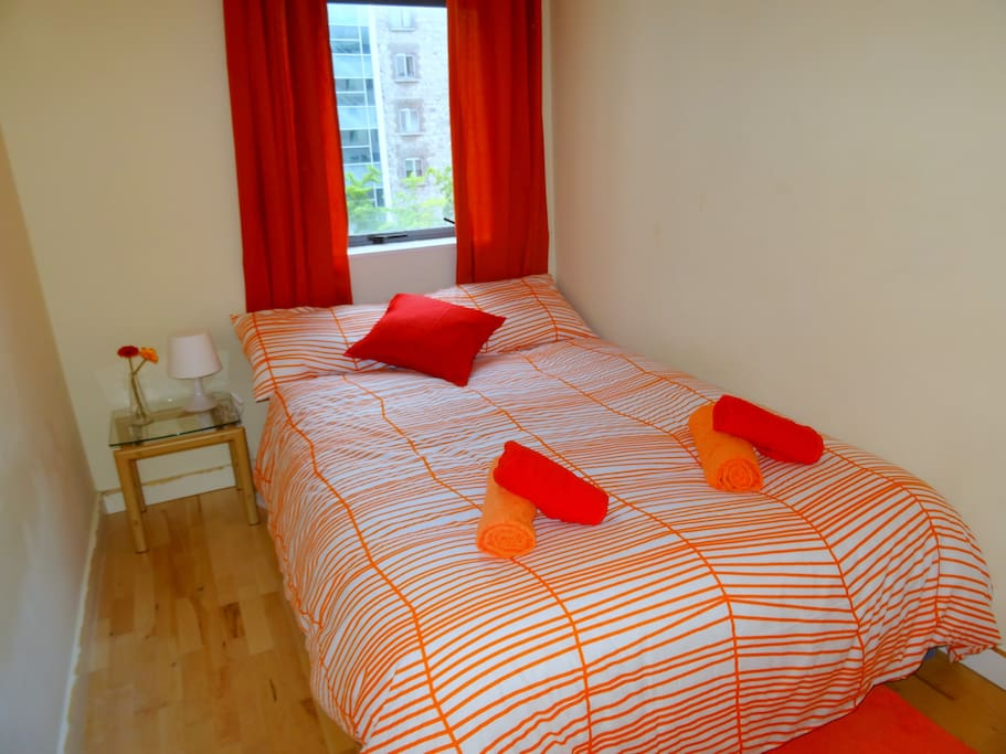 Central cosy room private bathroom free breakfast for Best private dining rooms dublin
