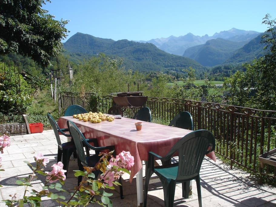 La terrasse au Sud avec vue sur les montagnes