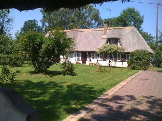 BELLE CHAUMIÈRE EN NORMANDIE - Fumichon - Huis