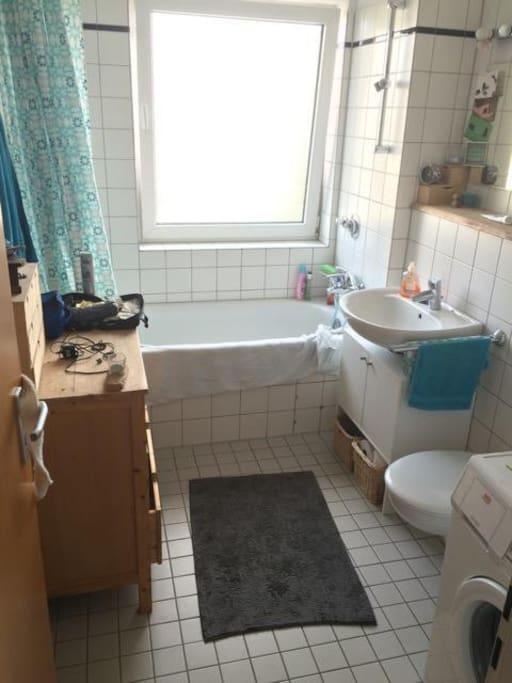 kleines aber feines Bad mit Dusche, Badewanne und Waschmaschine.