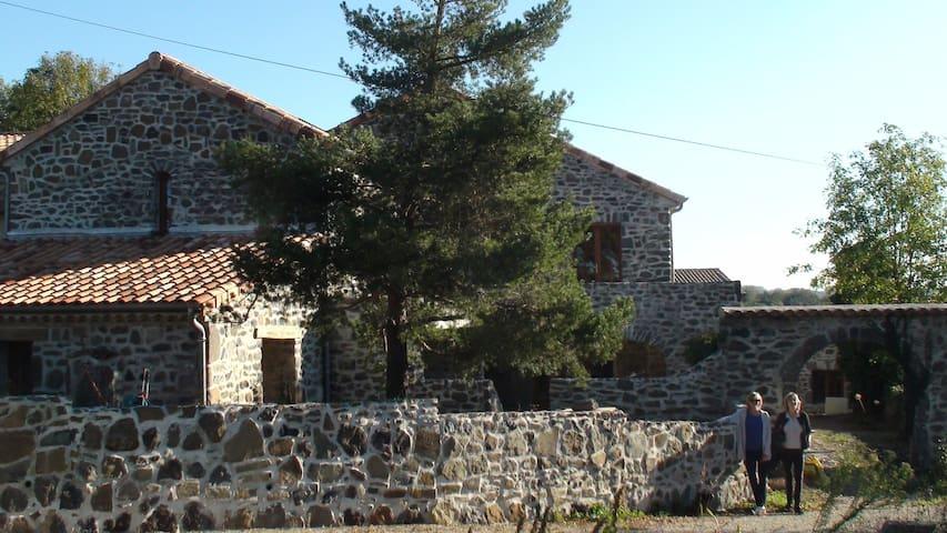 Une gite de vacances situé en pleine campagne - Saint-Jean-le-Centenier - Rumah