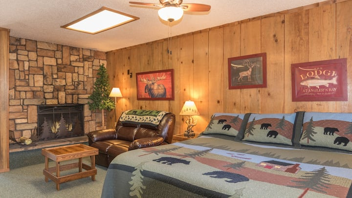"""Shadow Mountain Lodge & Cabins - """"Lodge 110"""" - Mountain Suite with Fireplace"""