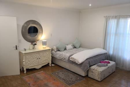 Penguin Cottage, Large Cottage, full amenities