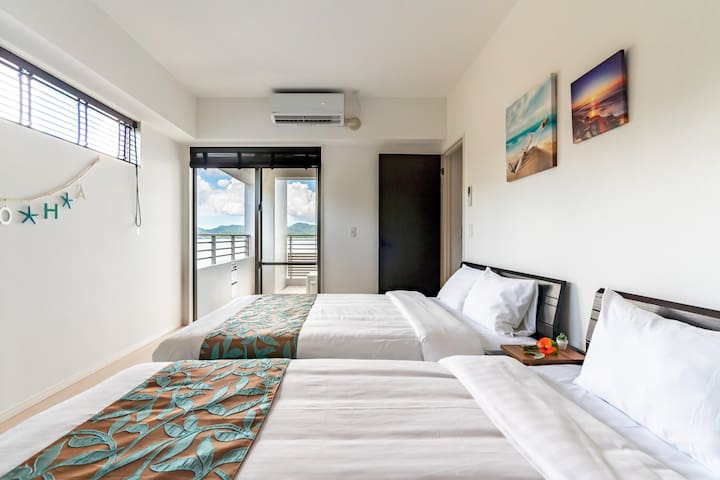 Bedroom B Single bed 1, double bed 1. You can see the calm ocean. 寝室B シングルベット1、ダブルベット1。羽地内海を眺望できます。