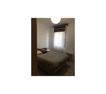 Chambre équipée d'un lit double