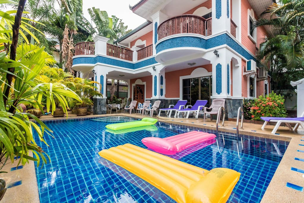 Great villa with 6 bedrooms, 5 bathrooms, a private pool and a snooker. 伟大的别墅有6间卧室,5间浴室,一个私人游泳池和斯诺克。