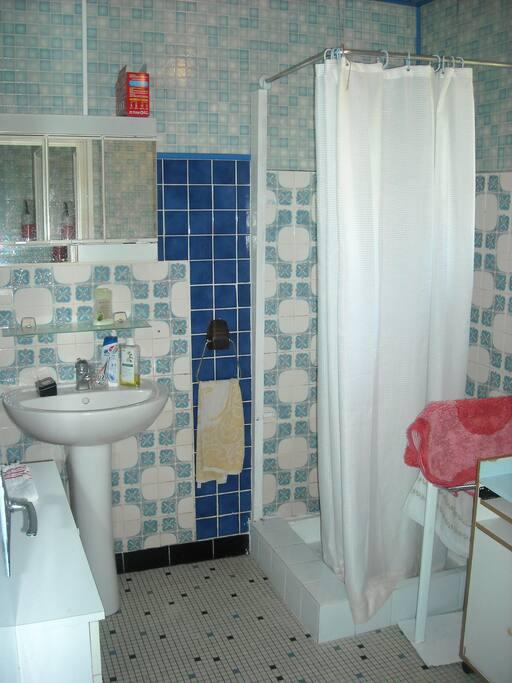 Salle d 'eau avec douche et lave linge, chauffage d'appoint si besoin