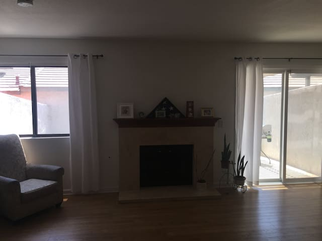 Beautiful condo next to Ontario airport - Montclair - Kondominium