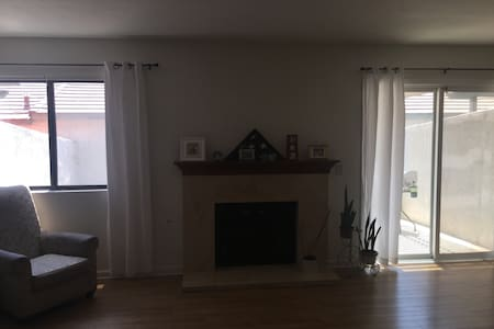 Beautiful condo next to Ontario airport - Montclair