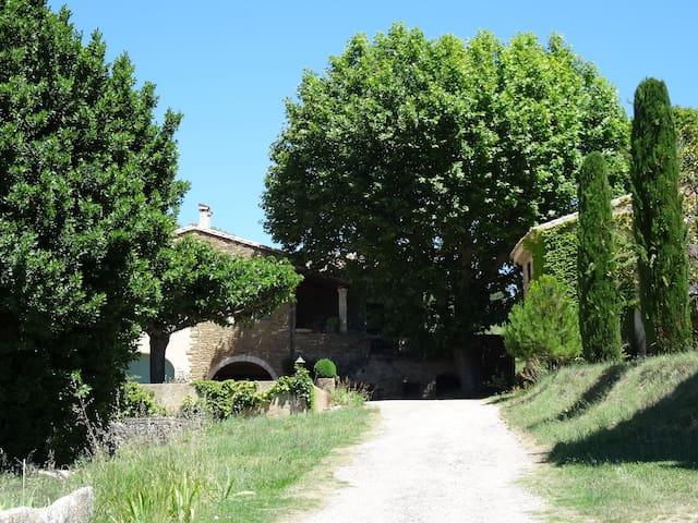 Maison idéalement située dans l'Enclave des Papes