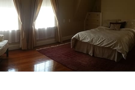 Gorgeous home, pvt bed/bath (rm 3) - Huntington - Maison