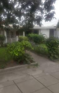 Maison avec jardin et cour spacieuse