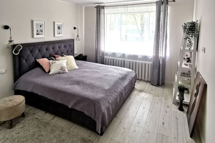Cozy apartment 10-min from the beach!