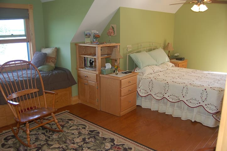 Oceanfront B&B Esther's Room - Surry