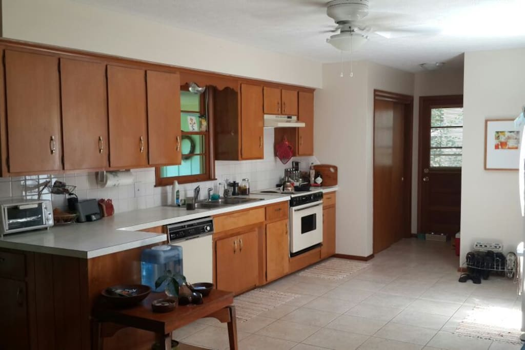 Very bright and spacious kitchen. Well equipped!