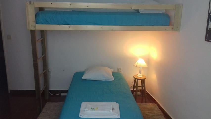Quarto de duas camas subrepostas c/WC - Beja - Hostel