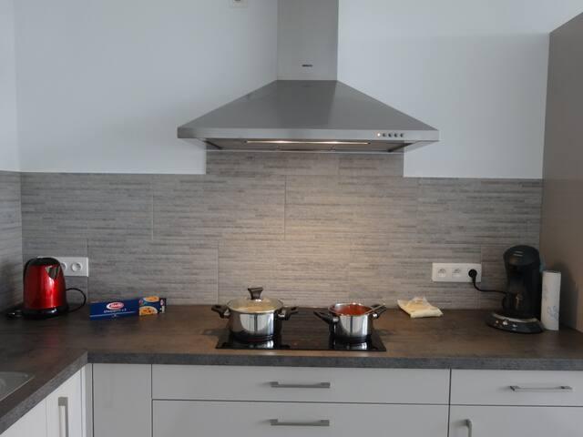 Keuken met Vaatwas, combi oven, Senseo, waterkoker, ...