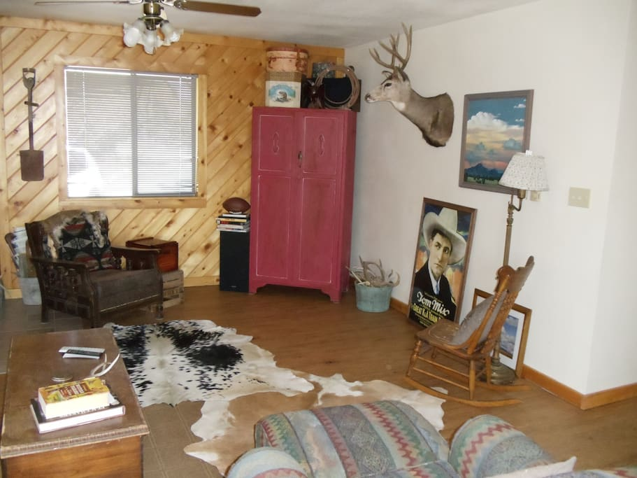Livingroom, flatscreen in armoire